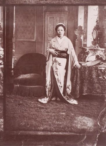 Женщина сопровождающая миссию на Всемирной выставке в Париже, 1867
