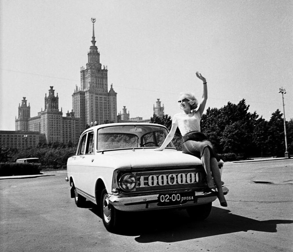 В. Хухлаев. Миллионный Москвич-408 на Ленинских  горах в пробном пробеге по городу.  Москва, 1967г (1)