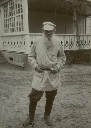 Л.Н. Толстой около террасы яснополянского дома. 1908 г. Фотография С.А. Баранова Собрание Государственного музея Л.Н.Толстого